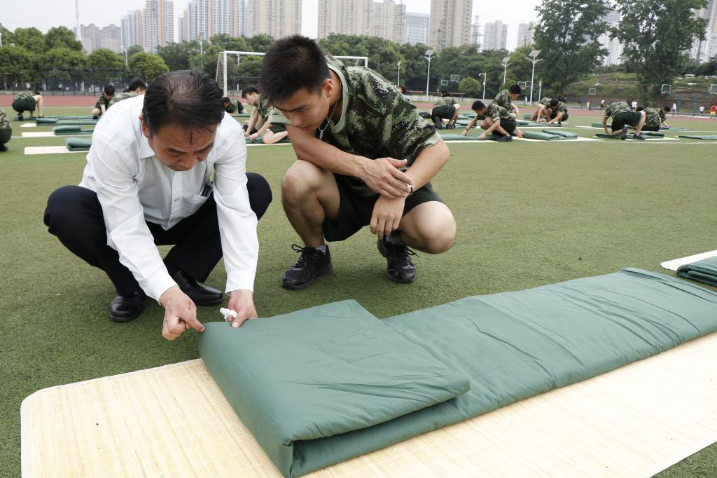 武汉船舶职业技术学院电气学院武警士官班开展叠军被训练活动