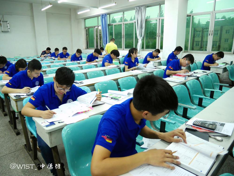 武汉船院首届中德班参加德国机电一体化工AHK毕业考试