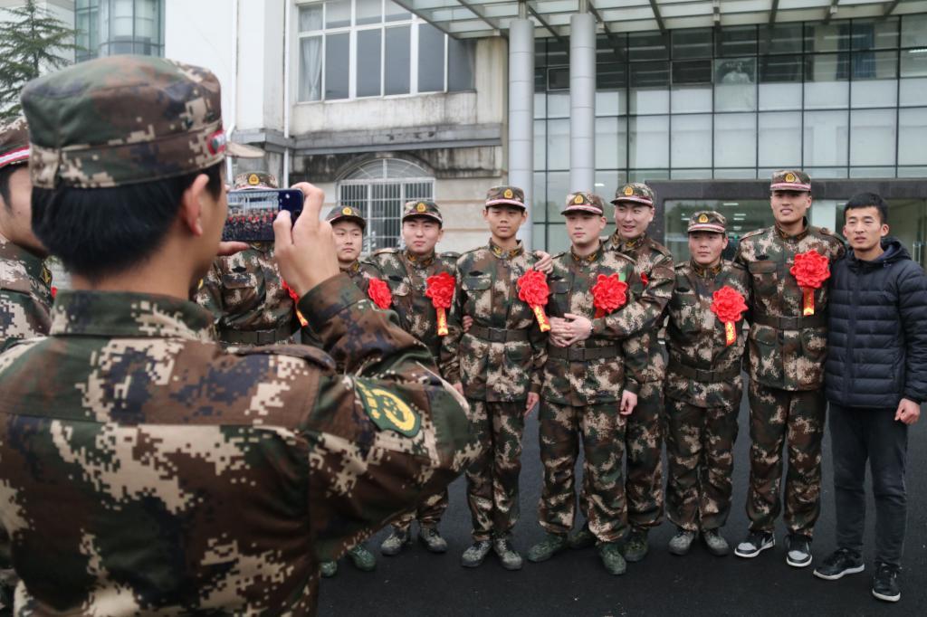 中新网 首届武警部队定向直招士官生顺利入伍图片